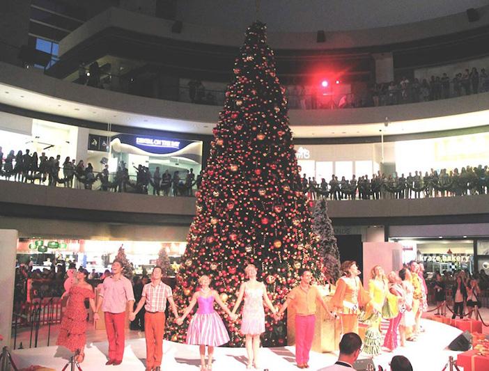 David_Beckham_Marina_Bay_Sands_Christmas_Celebrations_Mamamia_performance_2015_singapore_ashlogue.com