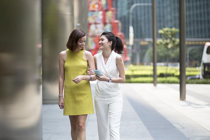 ashlogue_asus_zenfone_selfie_zenpower_singapore_launch_2015_zenfestival_celebrity_michelle_chong_left_profile_colleagues_love_bonito_device_turquoise_raffles_moments