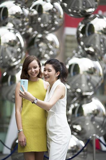 ashlogue_asus_zenfone_selfie_zenpower_singapore_launch_2015_zenfestival_celebrity_michelle_chong_left_profile_colleagues_love_bonito_selfie